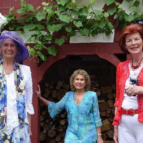 Drei Frauen in bunten Kleidern