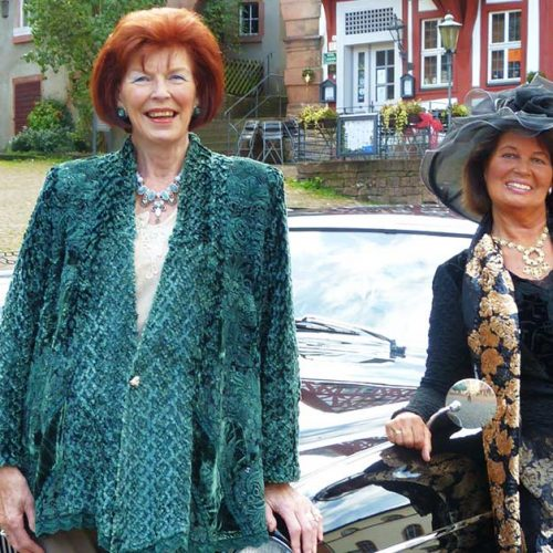 Zwei Frauen vor einem Jaguar