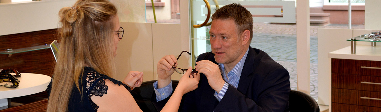 Kunden wird Brille verkauft