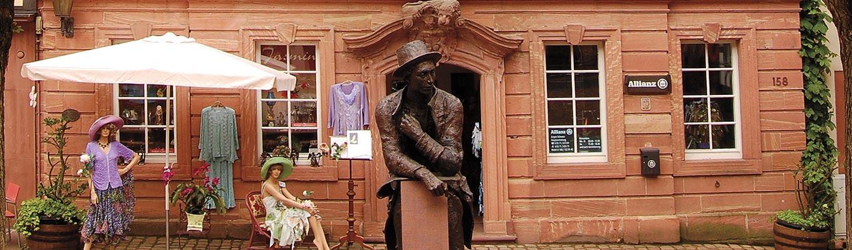 Statue vor Barockhaus