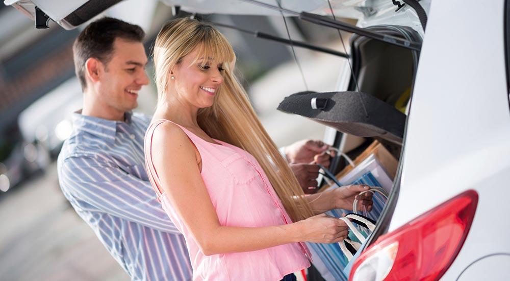 Frau und Mann einkaufen