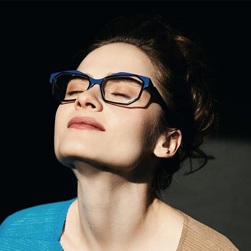 Frau mit Brille in der Sonne
